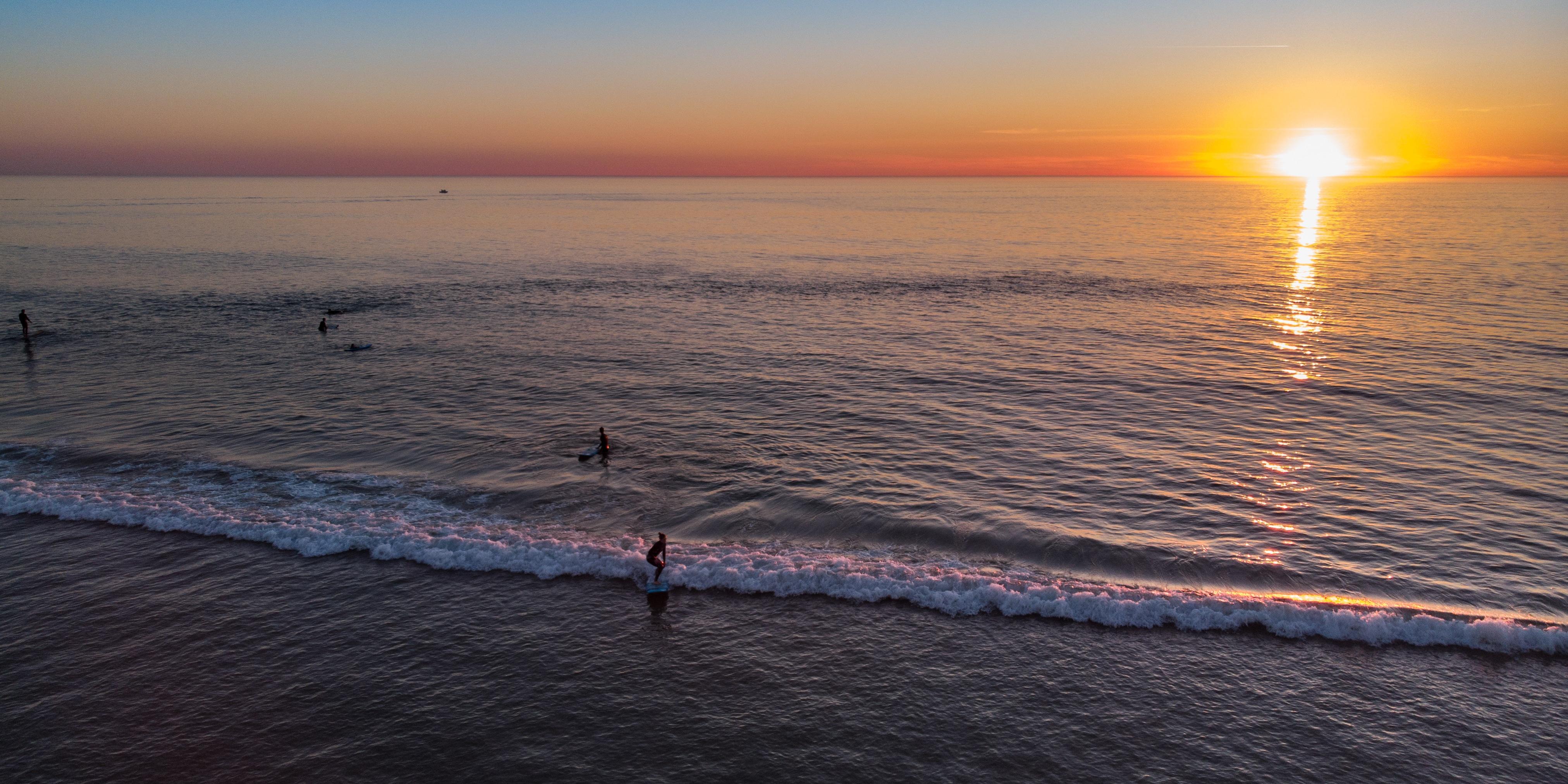 Surfeurs à Hossegor au coucher de soleil
