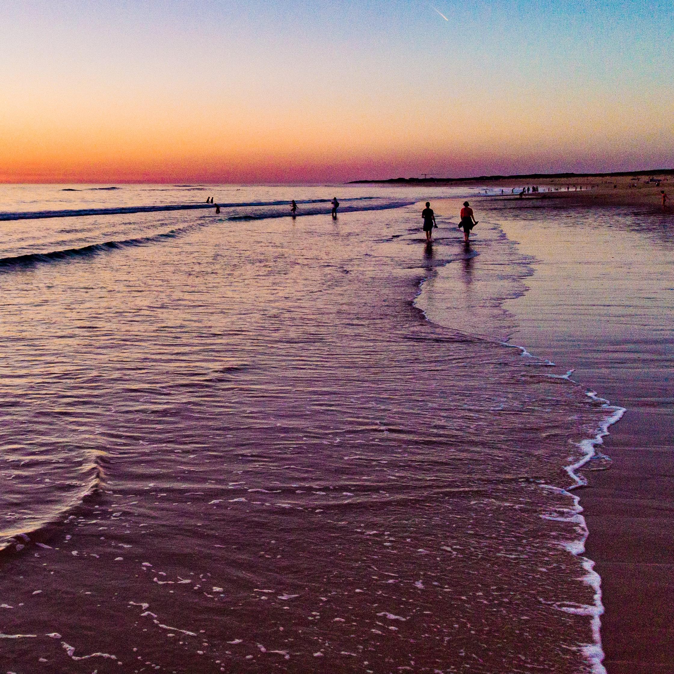 Promenade au bord de l'eau au coucher de soleil