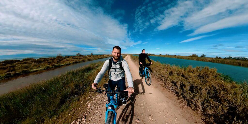 Balade en vélo sur la digue à la mer